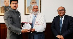 Rajyavardhan Rathore felicitates former Indian football team captain Gurdev Singh Gill!